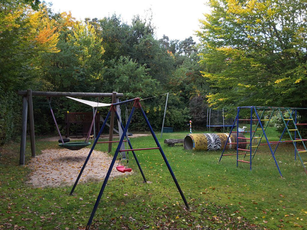 Kinderspielplatz mit vielen Spielgeräten